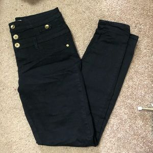Black jegging, cute triple button detail